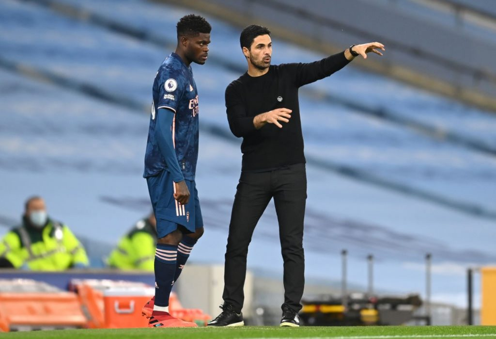 MANCHESTER, ENGLAND - OCTOBER 17: Mikel Arteta, Manager of Arsenal talks to Thomas Partey of Arsenal before making his debut during the Premier League match between Manchester City and Arsenal at Etihad Stadium on October 17, 2020 in Manchester, England. Sporting stadiums around the UK remain under strict restrictions due to the Coronavirus Pandemic as Government social distancing laws prohibit fans inside venues resulting in games being played behind closed doors. (Photo by Michael Regan/Getty Images)